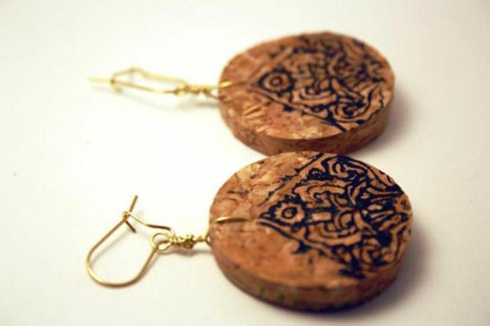 décoration bouchon liège, boucles d'oreilles pendentifs rondins en liège avec estampe