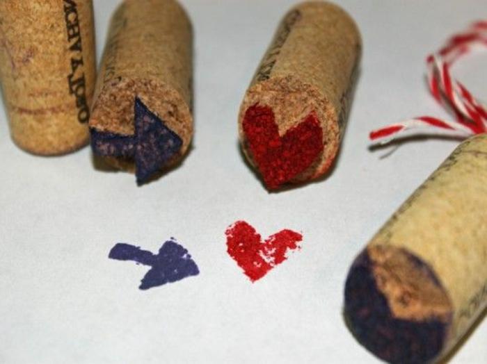 décoration bouchon liège, estampes coeur et flèche faites avec des bouchons de liège