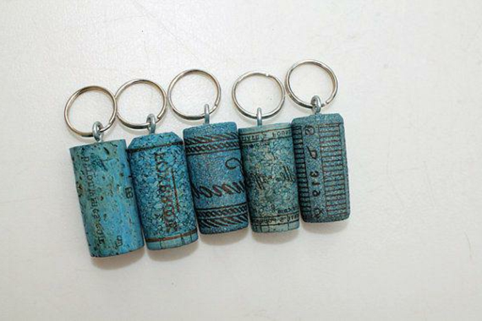 décoration bouchon liège, porte-clefs-originaux peints bleus