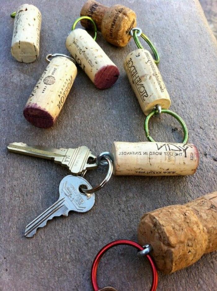 décoration bouchon liège, porte clefs diy avec bouchons colorés des côtés