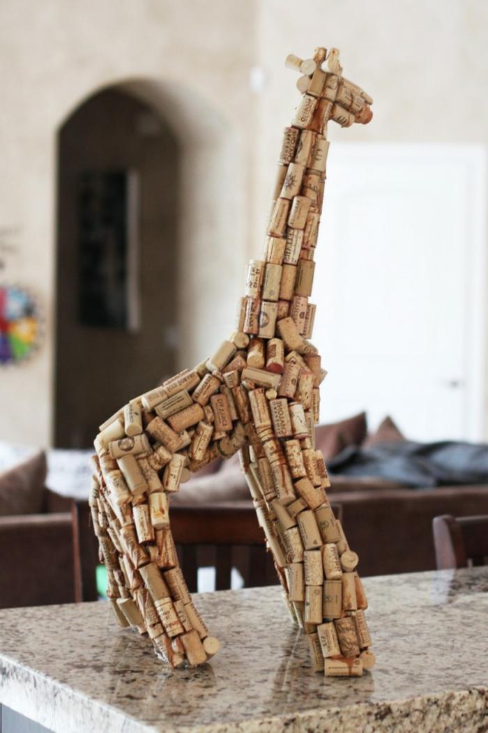 décoration bouchon liège, sculpture de girafe spectaculaire faite avec du papier et des bouchons