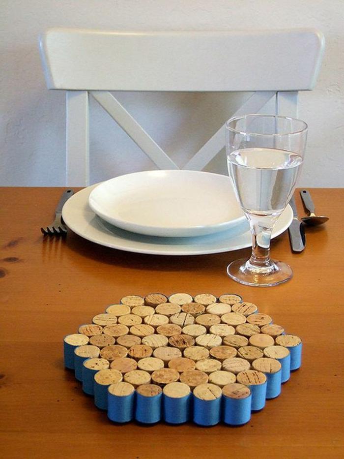 décoration bouchon liège, tapis de tasse avec des bouchons posés verticalement