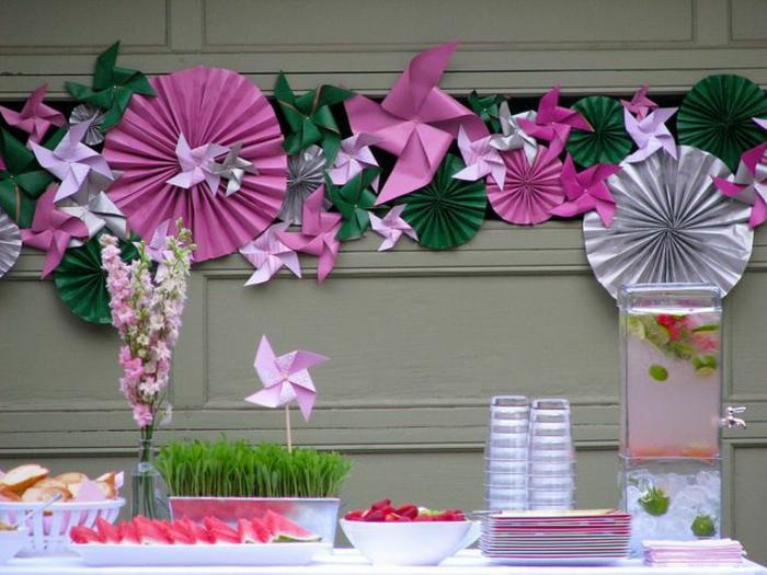 une jolie décoration murale en papier, une guirlande festive en papier, moulin à vent papier en forme de rosace