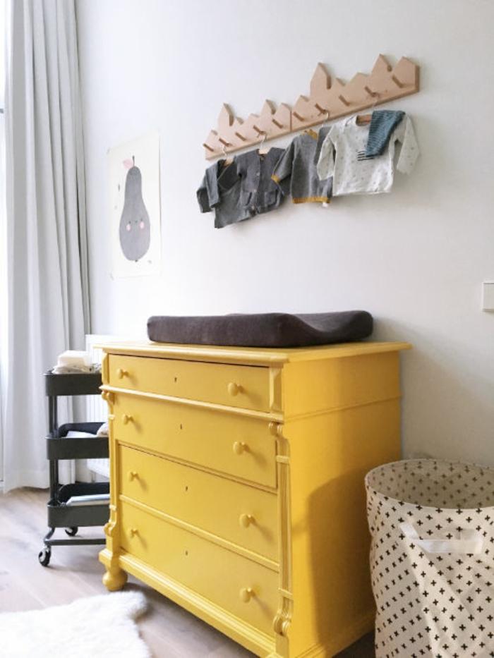 comment relooker un vieux meuble à l'aide de la peinture ocre jaune, commode vintage de chambre bébé