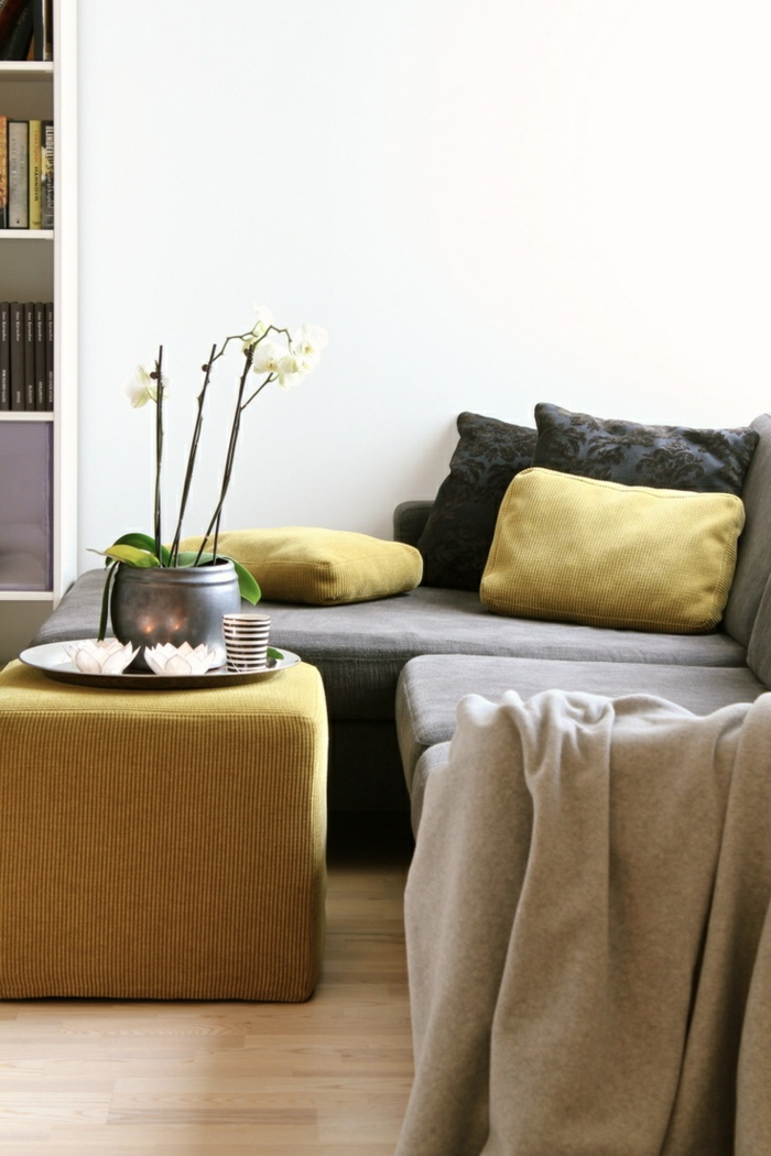 comment adopter l'ocre jaune dans un intérieur aux tons neutres, canapé d'angle gris