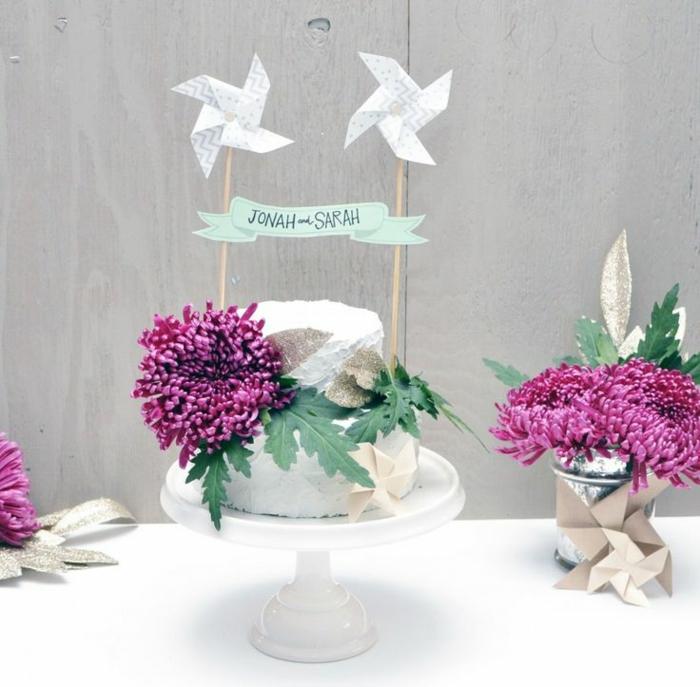 un gâteau de mariage à décoration élégante, un topper cake mini moulin à vent
