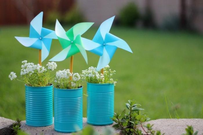 une décoration de jardin à réaliser soi-même avec du matériel recyclé, moulin à vent en papier et boîte de conserve