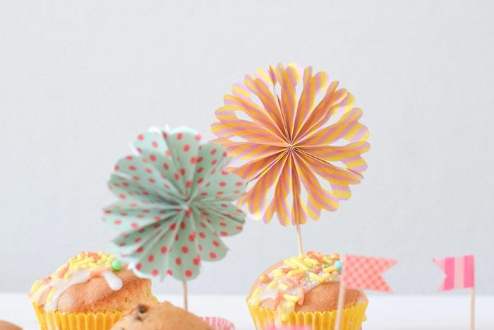 un simple tuto pour faire un mini moulin à vent en forme de rosace coloré, une décoration de cake idéale pour un baby shower