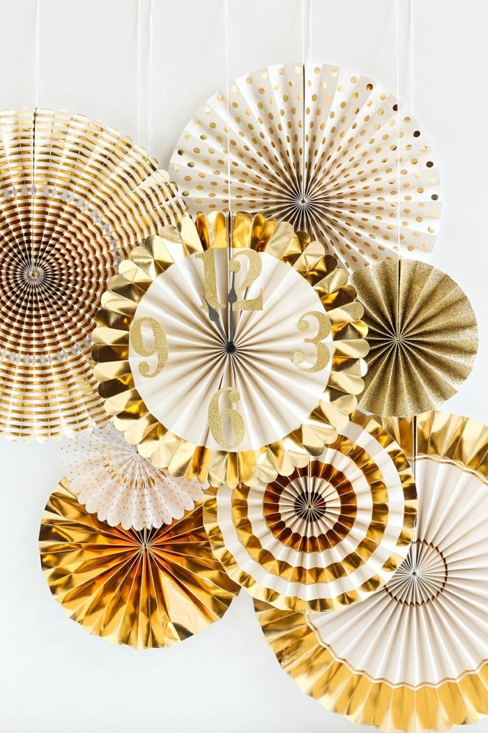 des rosaces en papier dorées pour une décoration festive élégante, un moulin à vent papier doré à motifs différents