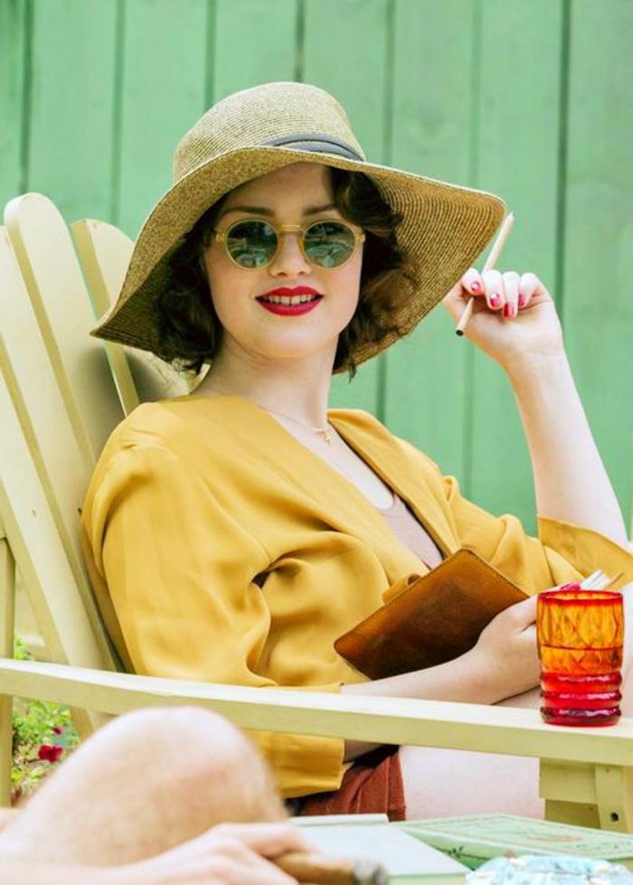déguisement années 20, une flapper girls en veste jaune, chapeau à périphérie, lunettes rondes