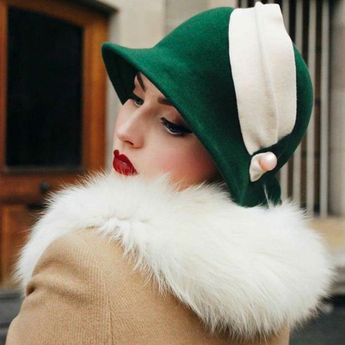 déguisement années 20, chapeau cloche vert, manteau beige, col fourrure blanc