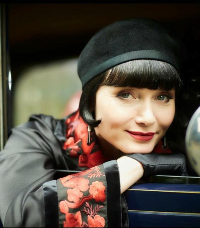 déguisement années 20, manteau noir, bonnet noir, print floral rouge, boucles d'oreilles pendantes