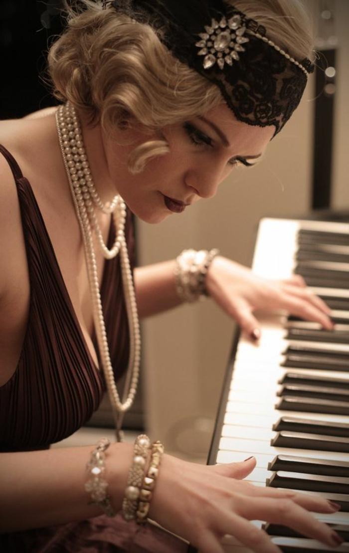 déguisement années 20, bandana cheveux, collier perlé et robe couleur marron