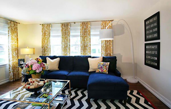 idee deco bleu et jaune, canapé bleu marine, tapis zèbre en noir et blanc, table basse, bouquet de fleurs deco