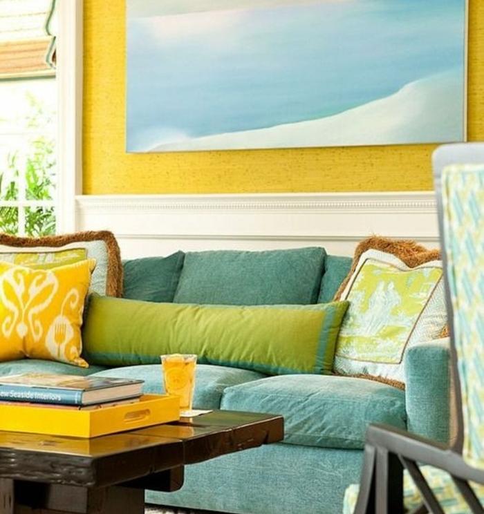 amenagement salon moderne, deco bleu et jaune, table en bois marron, tableau decoratif bleu ciel