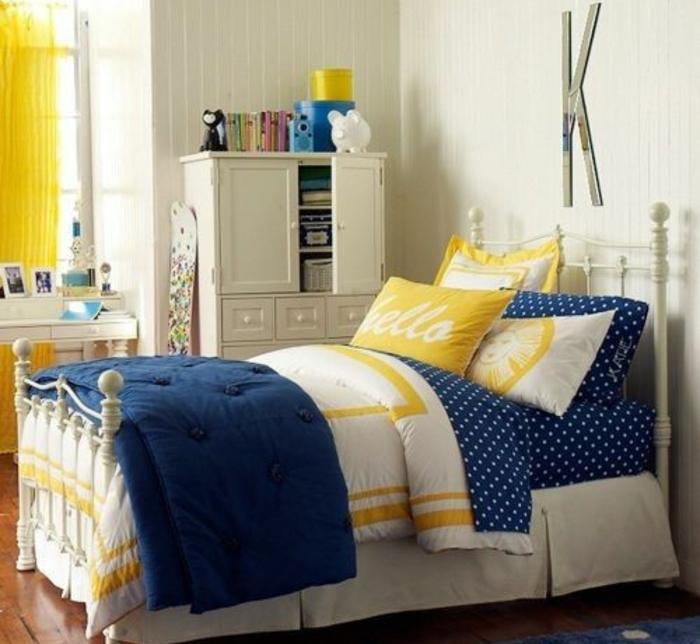deco bleu et jaune, linge de lit, lit métal blanc, mur couleur blanche, lettre decorative, armoire blanc, idée comment décorer une chambre ado