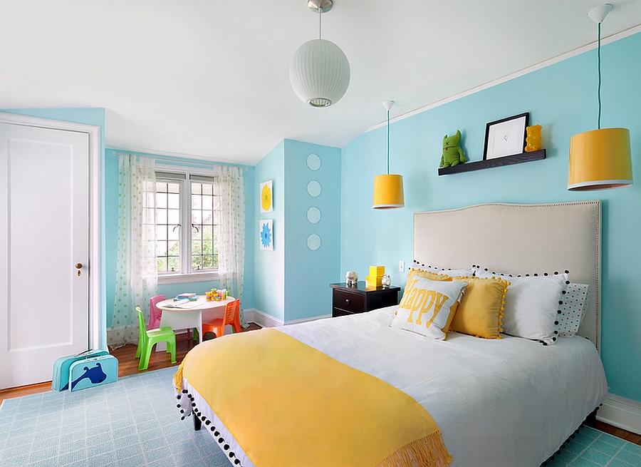 idee comment aménager une chambre ado, déco en bleu et jaune, couverture de lit jaune, mur, tapis bleu, coin de jeux, petite table et chaises enfant, ambiance cocooning