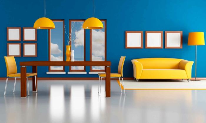deco bleu et jaune, canapé, suspensions, chaises jaunes, table en bois marron, revêtement sol blanc, mur couleur bleue, deco cadres vides