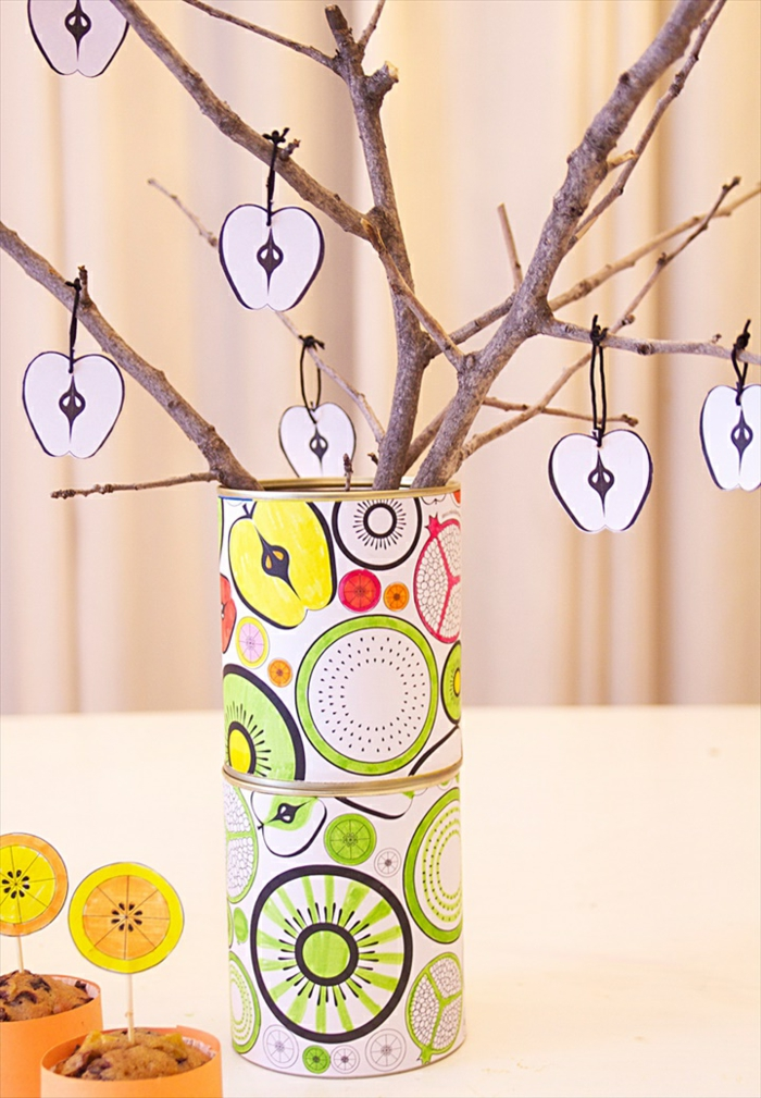 deco boite conserve customisée de papier à motifs multicolores, fruits, branches d arbre, décorés de pommes en papier