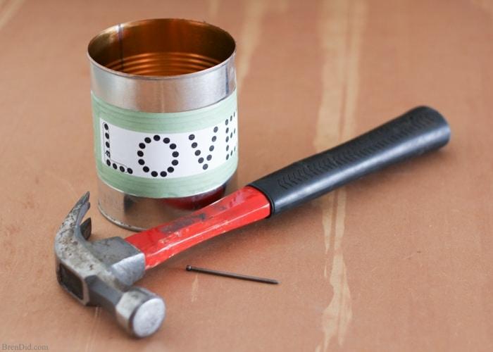 faire des ébauches de trous à l aide d un clou et d un marteau pour percer les trous plus facilement ensuite, recyclage boite de conserve, bricolage facile, fabriquer un photophore diy