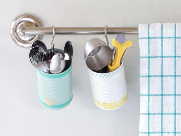 idée comment créer un rangement pour ustensiles de cuisine en boite de conserve, customisée à la peinture et bandes de masking tape multicolores