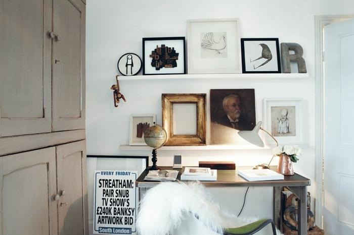 deco cadre vide à côté de dessins simples encadrés, buffet en bois patiné, chaise et bureau de travail style vintage chic