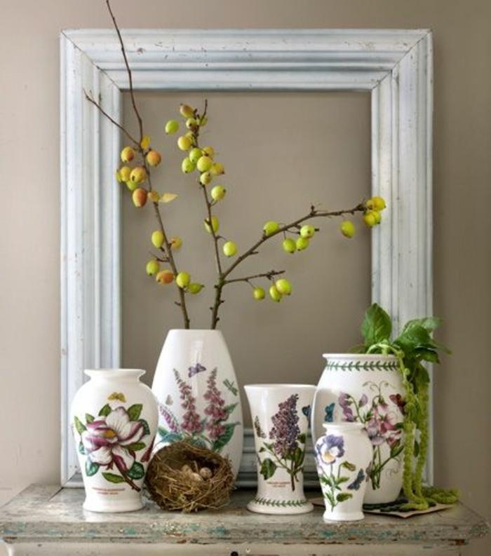 deco cadre vide, un cadre grand format avec vases de fleurs décoratifs et branches, nid décoratif, mur gris