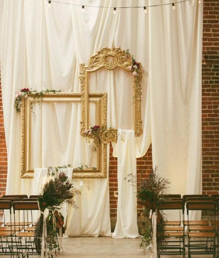 deco cadre vide vintage, rideaux blancs, chaises en bois et métal, mur en briques sur le fond, deco florale, decoration mariage vintage chic