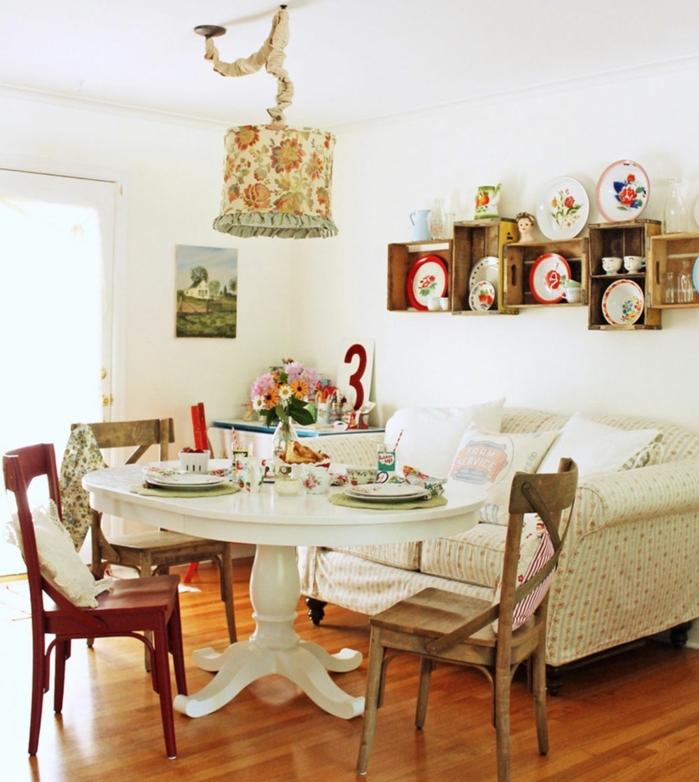 deco campane salle à manger, table ronde blanche et chaises en bois, canapé liberty, abat jour en tissu motifs liberty, etagere en cagette, vaisselle decorative