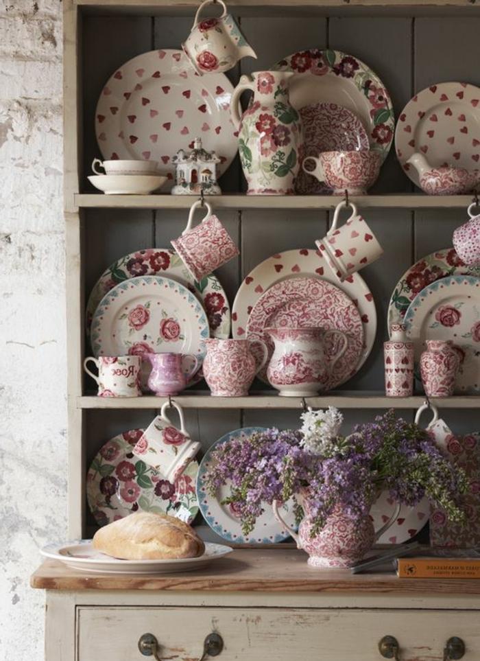 motif campagne chic, vaisselle à motifs floraux, assiettes, tasses, liberty shabby chic, decoration vintage, vaisselier en bois gris