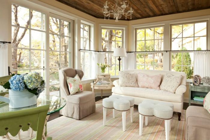 deco campagne chic, canapé blanc cassé et fauteuil gris, tabourets en forme de fleurs, tapis à rayures, grandes fenetres