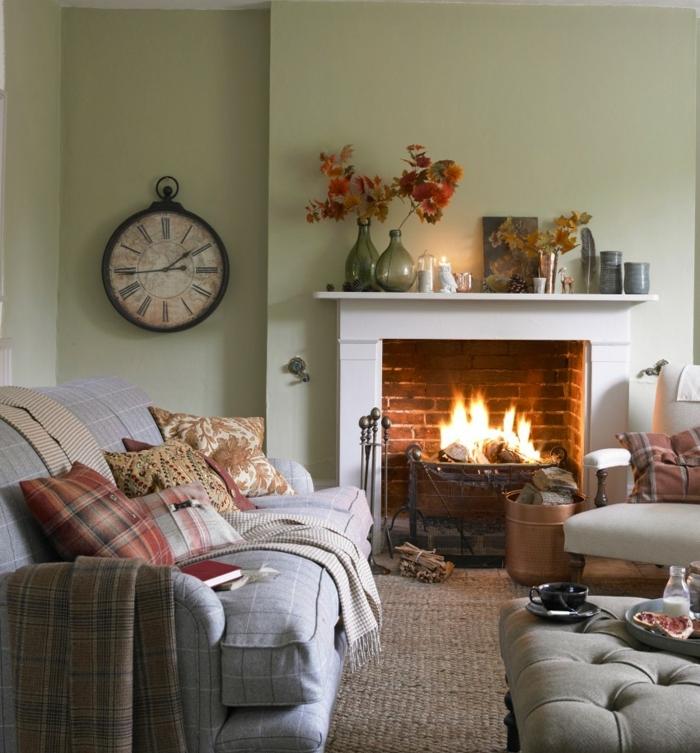 deco campagne chic, mur couleur vert pistache, cheminée en briques, canapé gris, coussins multicolores, chaise blanc, decoration automnale