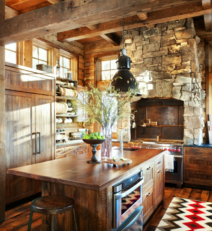 cuisine rustique, bol à pommes vertes, îlot centrale en bois, relooker sa cuisine, tapis, suspension luminaire noire