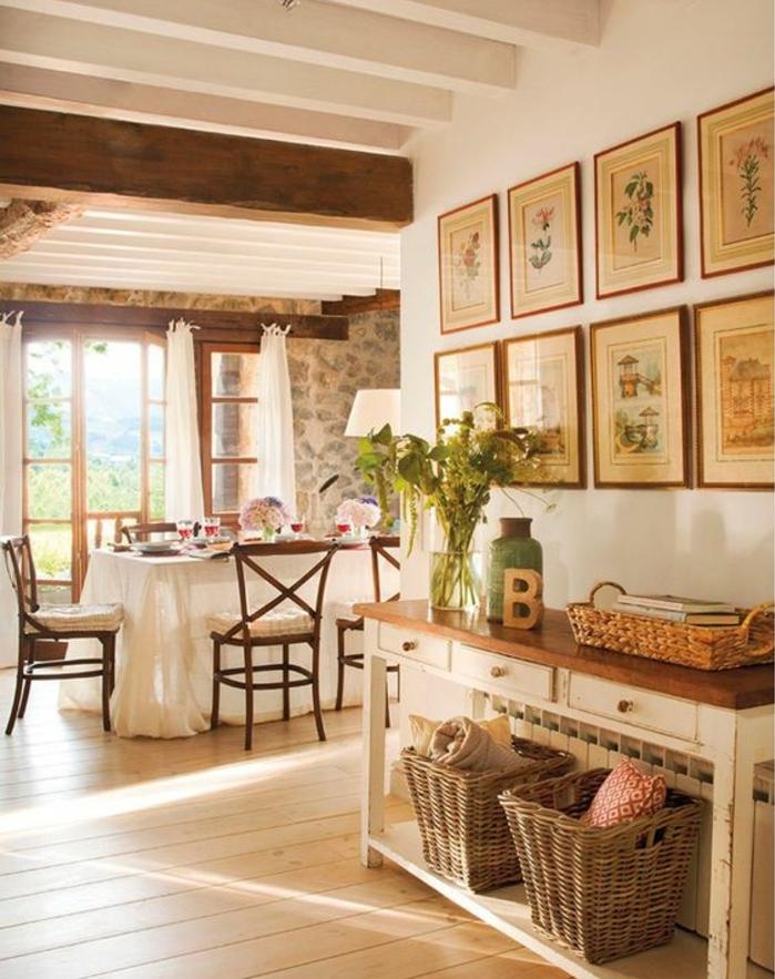exemple deco campagne chic, console en bois, paniers de rangement, deco murale peinture motifs pastoraux, poutres apparente, salle à manger rustique, mur en pierres