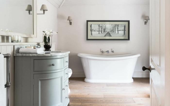 salle de bain campagne chic, meuble salle de bains vert pastel, baignoire à poser blanche, parquet bois, decoration murale en noir et blanc