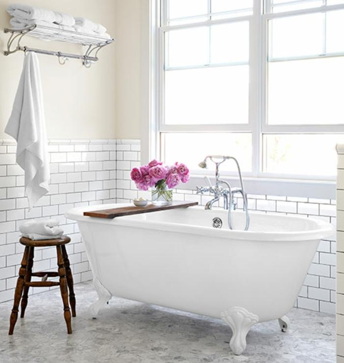 salle de bain deco campagne, baignoire à poser, robinetterie élégante, bouquet de pivoines rose, carrelage blanc, mur couleur blanc cassé