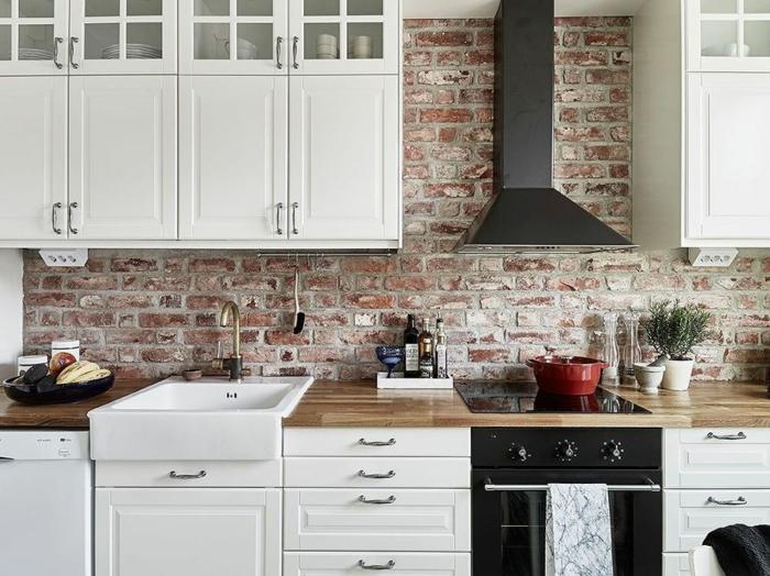 relooker cuisine en bois, armoires blanches, cuisine aménagée, évier blanc, mur en briques, four électrique noir