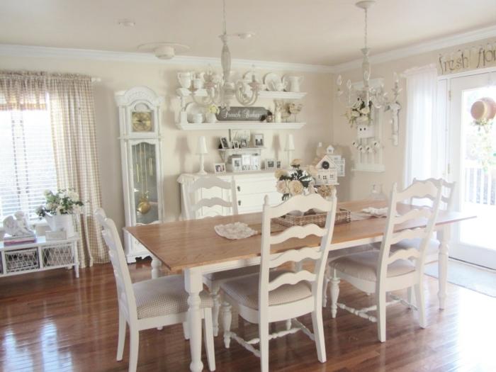 table campagne chic, chaises en bois, vaisselle blanche, meuble de rangement blanc, parquet marron, suspension vintage