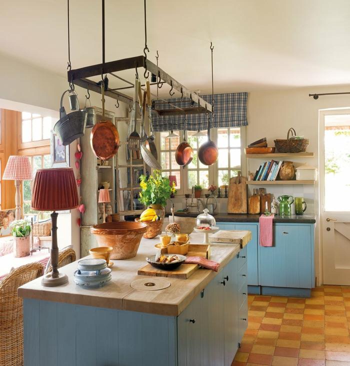 cuisine aménagée, cuisine en bois, îlot centrale, pot à fleur céramique, lampe rouge, chaises en rotin