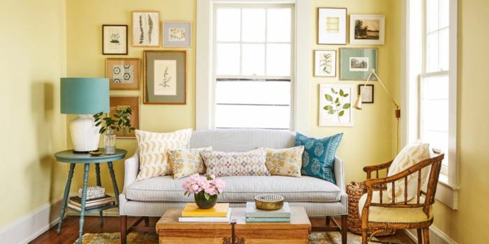 deco campagne chic, mur couleur jaune clair, canapé gris, table basse et chaise en bois, coussins multicolores, mur tableaux decoratifs