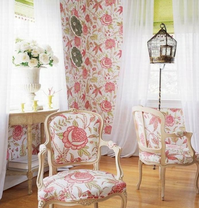 idée deco campagne et shabby chic, papier peint et canapé textile à motifs floraux liberty, bouquet de fleurs blanches et cagette d oiseau vintage