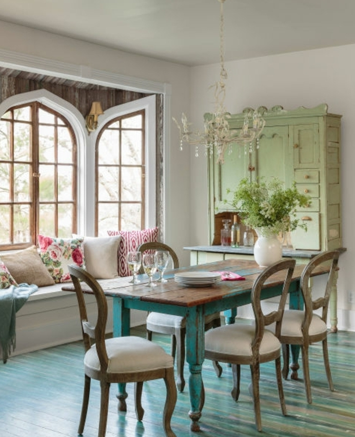 idee decoration campagne chic, salle à manger, table bois, repeint en bleu, chaises en bois, siège fenêtre, coussins multicolores, vaisselier vert pistache
