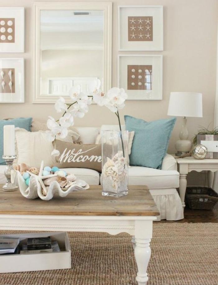 deco campagne chic, bord de mer, table basse en bois, coussins en bleu, blanc et marron, miroir rectangulaire