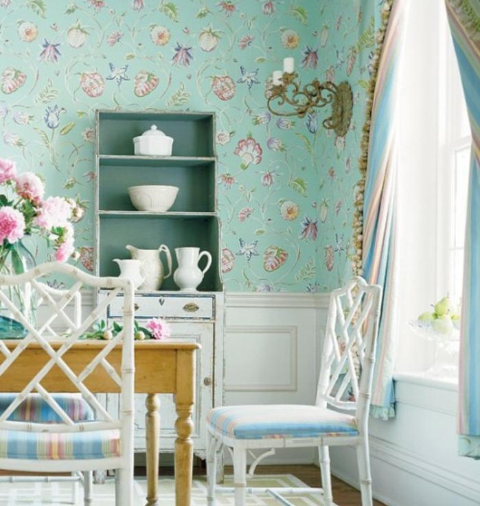 idée deco campagne chic, papier peint bleu pastel à motifs floraux, vaisselier blanc patiné, table et chaises en bois, textiles à rayures, bouquet de pivoines rose