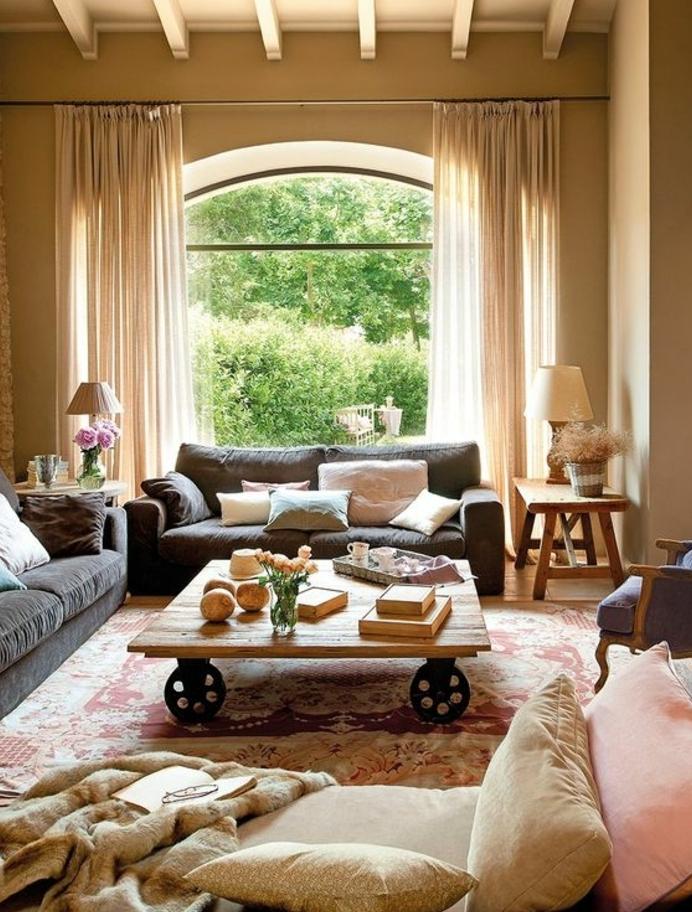 deco sejour campagne chic, table basse en bois à roulettes, canapés gris, tapis motifs orientaux, coussins tons pastels, mur couleur beige