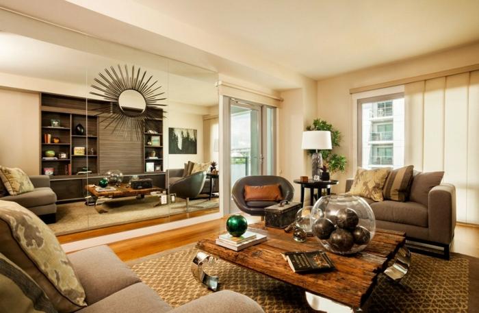 table basse bois brut, tapis marron, canapé gris, coussins gris, grand miroir, deco campagne chic rustique, parquet clair, fauteuil en cuir