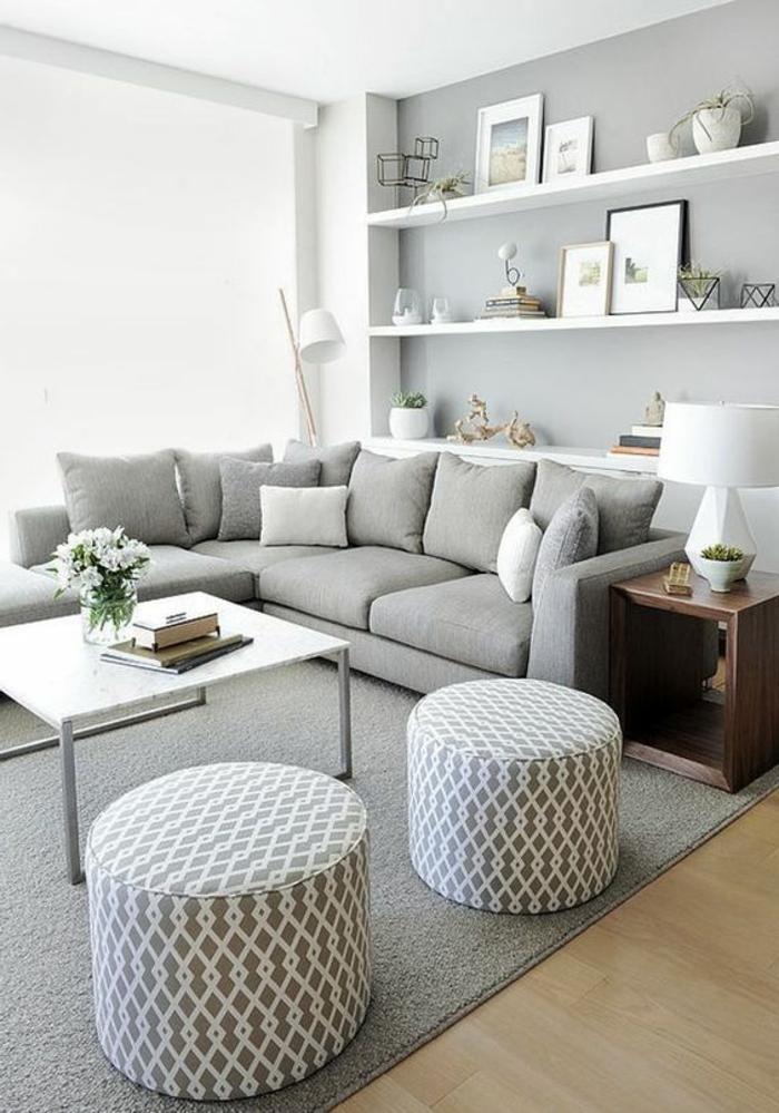 deco gris blanc, table blanche carrée, deux tabourets géométriques, étagères murales blanches