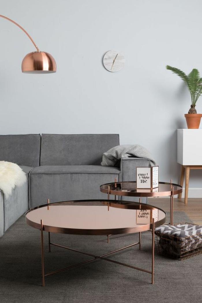 deco gris blanc, lampe arc cuivrée, tables rondes cuivrées, lampadaire arc, enfilade blanche