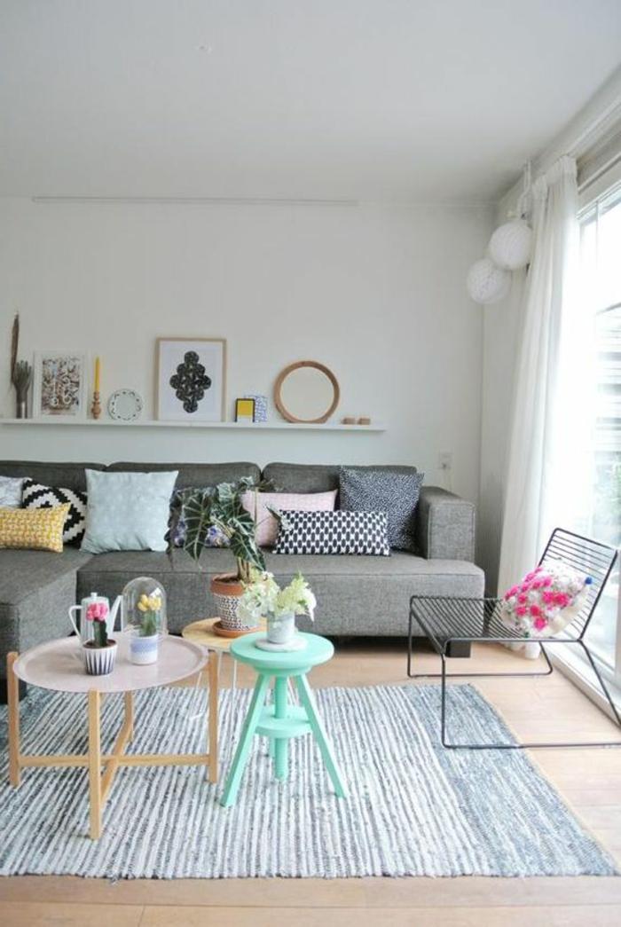 deco gris blanc, fenêtre du plafond au sol, sofa gris, petites tables nordiques, sofa d'angle
