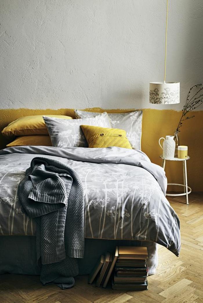 une chambre à coucher gris et jaune ocre à la peinture originale, literie gris et jaune moutarde aux motifs imprimés